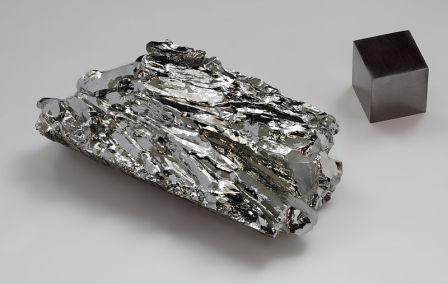 Molybdenum_crystaline_fragment_and_1cm3_cube